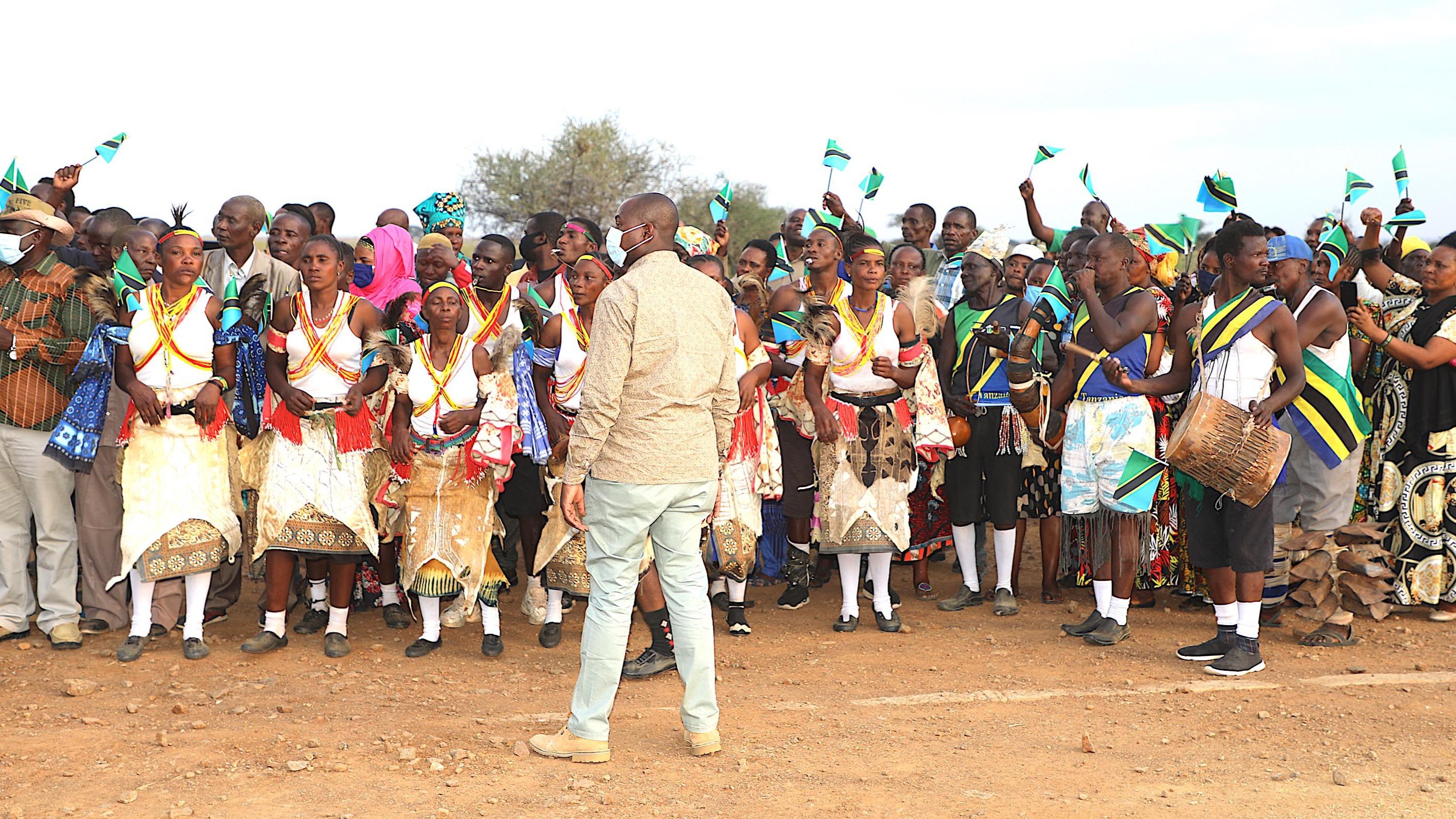 Wananchi wa Serengeti Mkoani Mara waliojitokeza kumpokea Mhe. Rais Samia Suluhu Hassan tarehe 06 Septemba, 2021