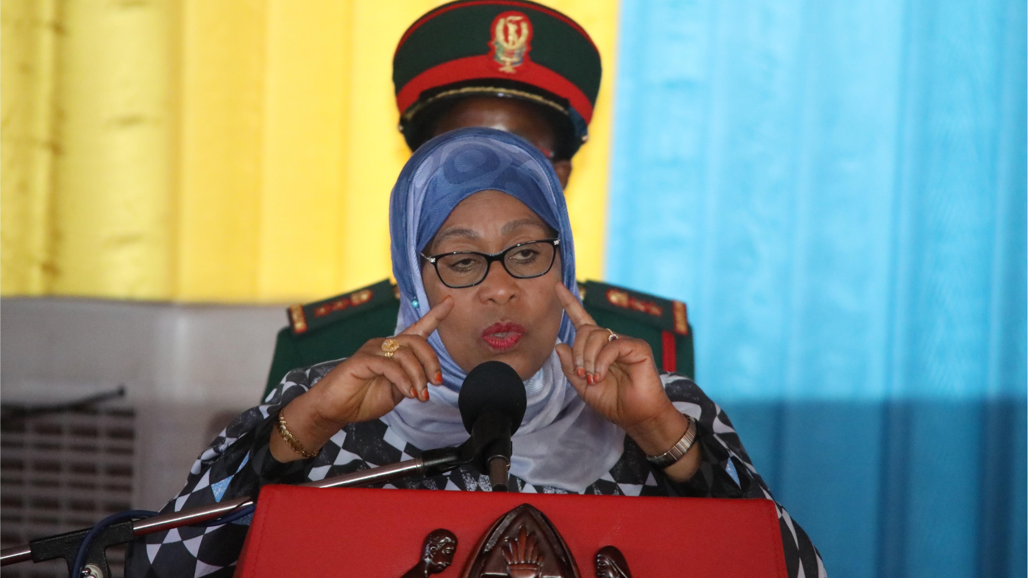 Rais wa Jamhuri ya Muungano wa Tanzania Mheshimiwa Samia Suluhu Hassan akiongea  na Mawaziri na Manaibu Waziri  alio waapisha leo tarehe 1 Aprili 2021 ikulu ya Chamwino  Dodoma.
