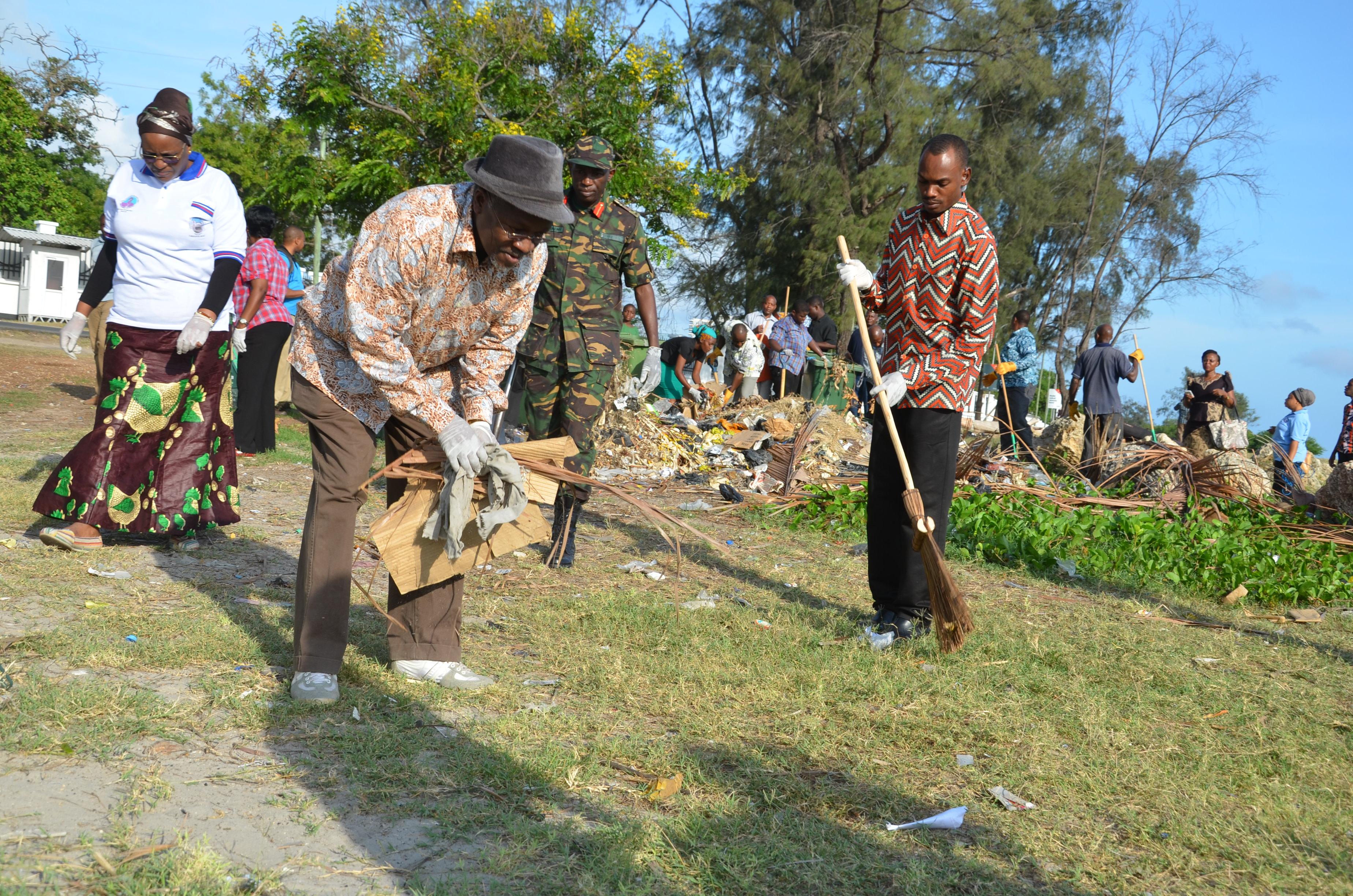 Rais wa Jamhuri ya Muungano wa Tanzania Dkt. John Pombe Magufuli alipofanya usafi katika maadhimisho ya Siku ya Uhuru tarehe 9 Desemba 2015.