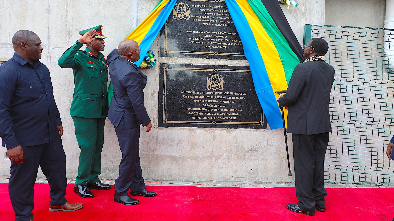 Rais wa   Jamhuri ya   Muungano  wa Tanzania   Mhe. Dkt.  John Pombe  Magufuli  akizindua Daraja la juu la Kijazi  Interchange lenye  Makutano ya Barabara za Mandela , Sam Nojouma  na Morogoro , Ubungo 24, 2021