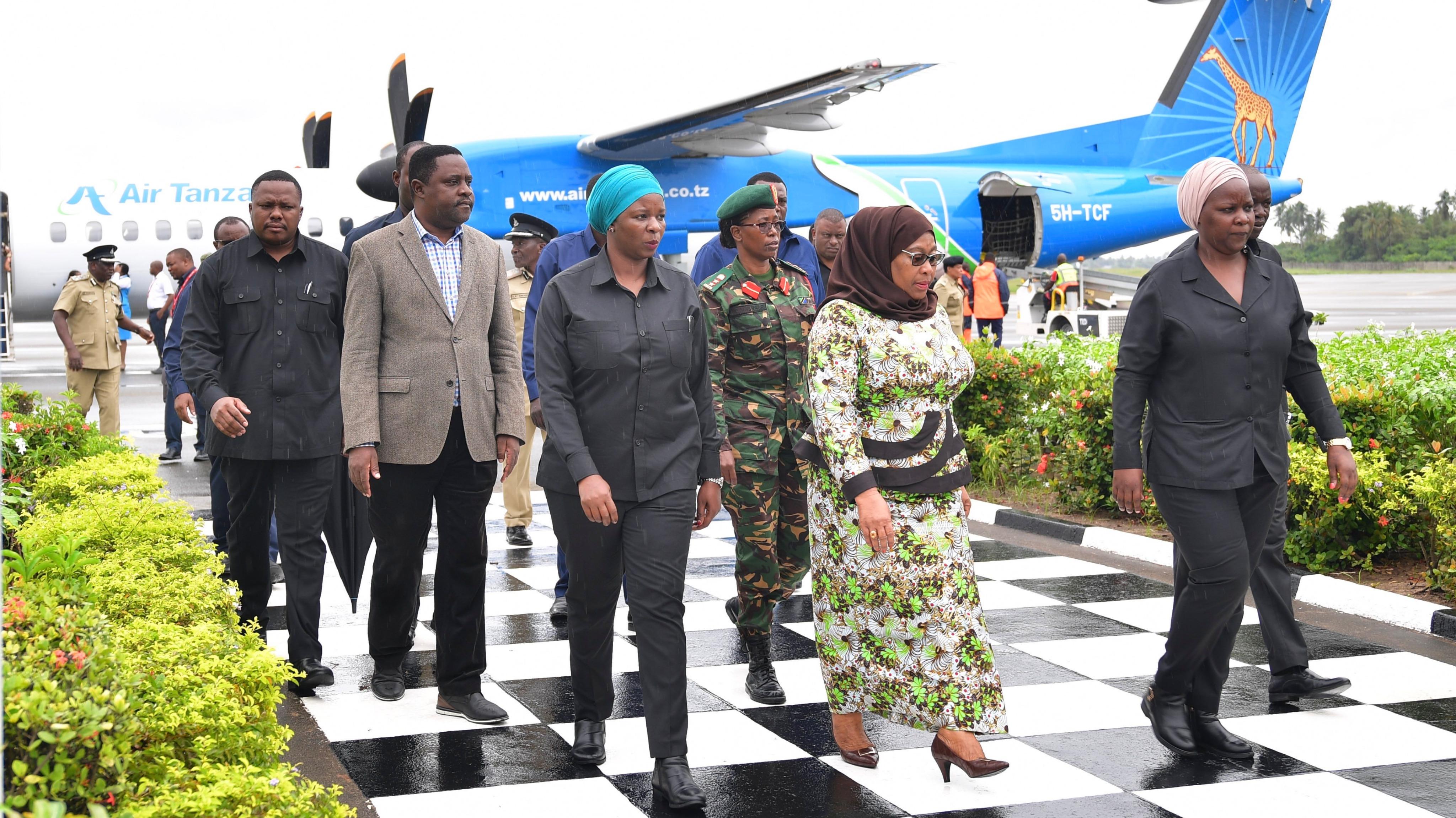 Rais wa Jamhuri ya Muungano wa Tanzania Mheshimiwa Samia Suluhu Hassan akiwasili katika uwanja wa ndege wa Kimataifa wa Mwalimu Julius Nyerere jijini Dar es Salaam wakati akitokea Zanzibar.