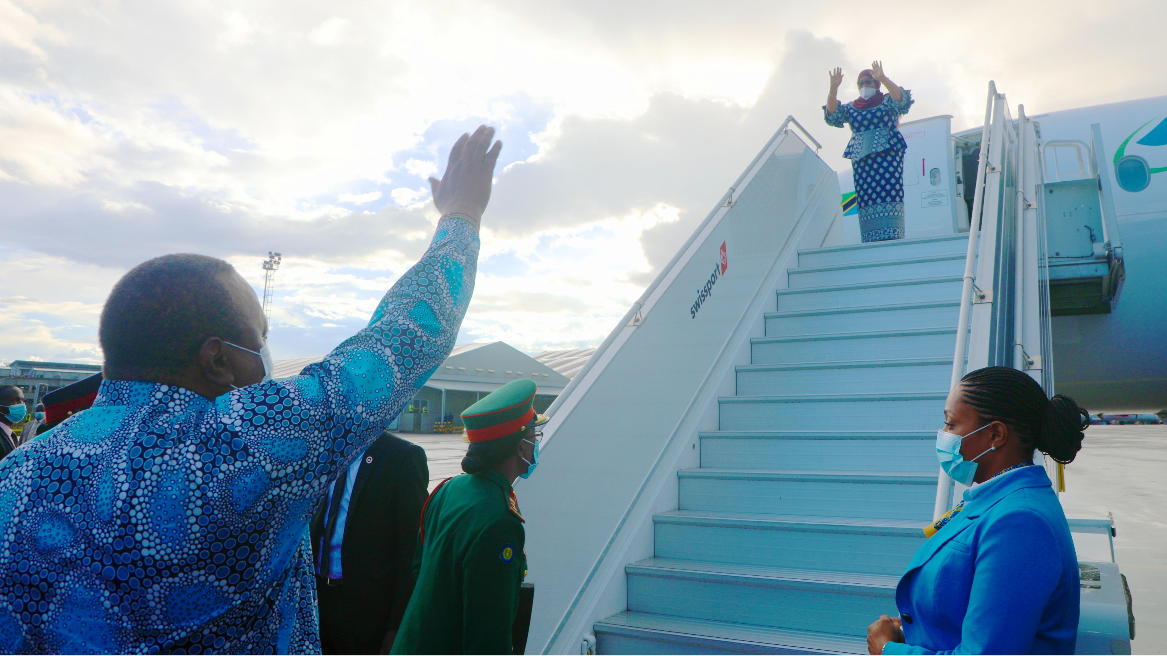 Rais wa Jamhuri ya Muungano wa Tanzania, Mhe. Samia Suluhu Hassan  akiagana na Rais wa Jamhuri ya Kenya Mhe. Uhuru Muigai Kenyatta uwanja wandege wa Jomo Kenyatta  Nairobi  mara baada ya Mhe. Rais  Samia  Suluhu Hassan  kumaliza  ziara yake ya siku mbili  nchini Kenya