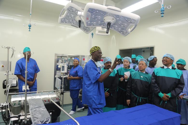 Rais Jakaya Mrisho Kikwete akipata maelekezo juu ya vifaa vya huduma ya afya alipotembelea Hospital ya muhimbili.