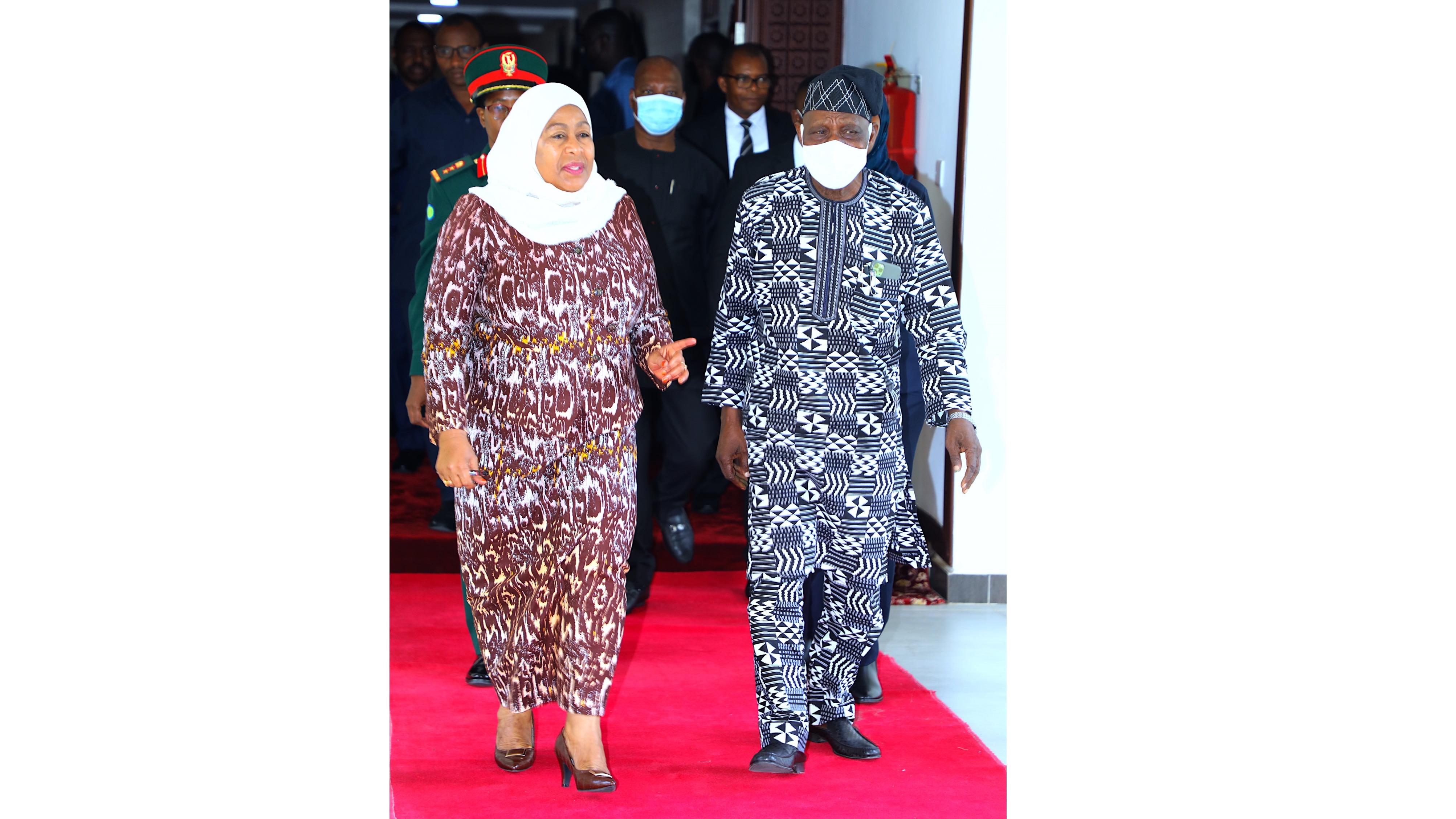 Rais wa Jamhuri ya Muungano wa Tanzania Mhe. Samia  Suluhu Hassan akimsindikiza  Rais mstaafu wa Nigeria  mhe. Olusegun Obasanjo baada ya kufanya  mazungumzo  Ikulu ya Chamwino  leo Tarehe 3 Mei  2021