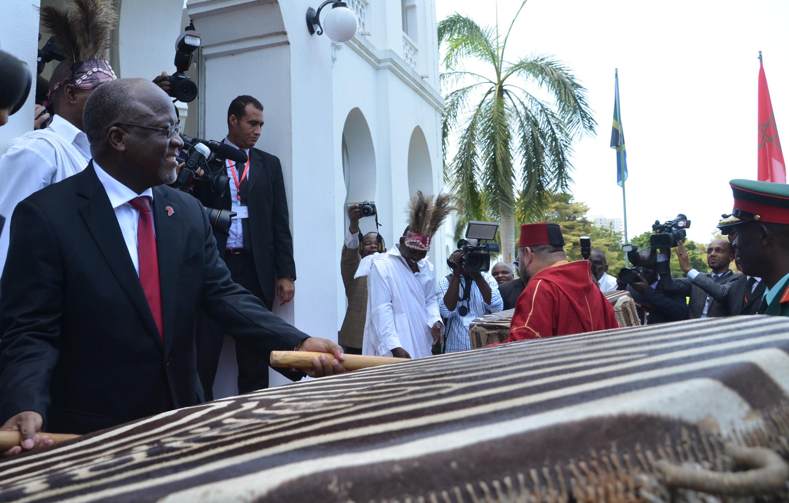 Rais wa Jamhuri ya Muungano wa Tanzania Dkt. John Pombe Magufuli akimshukuru Mfalme wa Morocco Mohamed VI mara baada ya kumaliza ziara yake ya kikazi jijini Dar es Salaam.