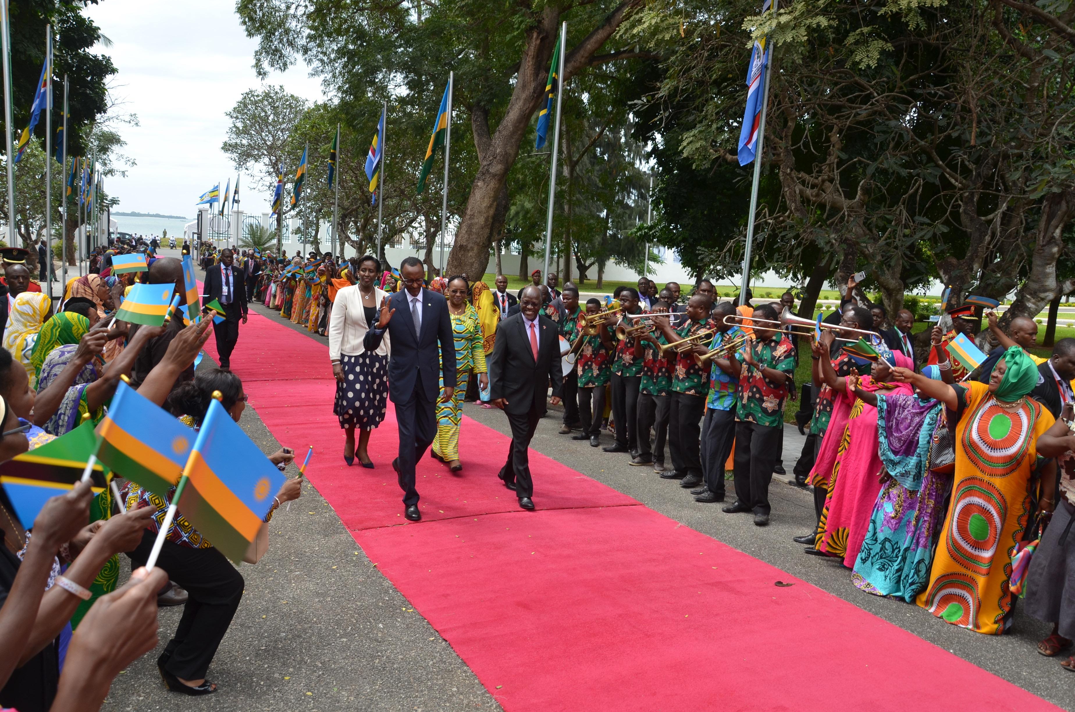 Mapokezi ya  Rais wa Rwanda Paul Kagame  Julay 01,2016 katika uwanja wa Mwl. J.K Nyerere kisha Ikulu jijini Dar es salaam