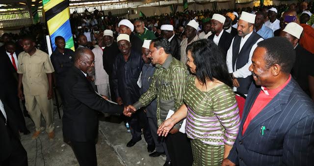 Rais Mteule John Pombe Magufuli siku alipokabidiwa cheti cha kuchaguliwa kuwa Rais wa awamu ya tano wa Jamhuri ya muungano wa Tanzania Oktoba 30,2015